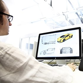 电脑屏幕上显示一台兰博基尼设计图