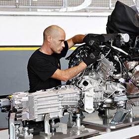 Technicien au poste de conduite d'une Lamborghini qui effectue des tests avec l'auto arrêtée