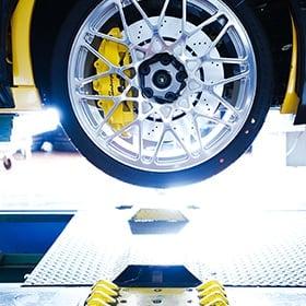 Lamborghini surélevée dont on ne voit qu'une roue arrière