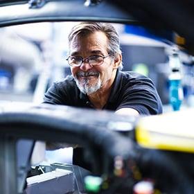 Technicien qui regarde son travail avec satisfaction