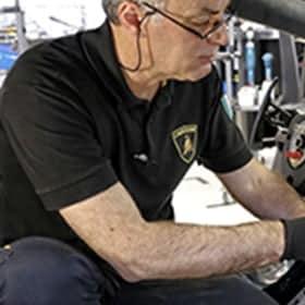 Technicien au travail vu de profil, dont on ne voit que l'avant-bras