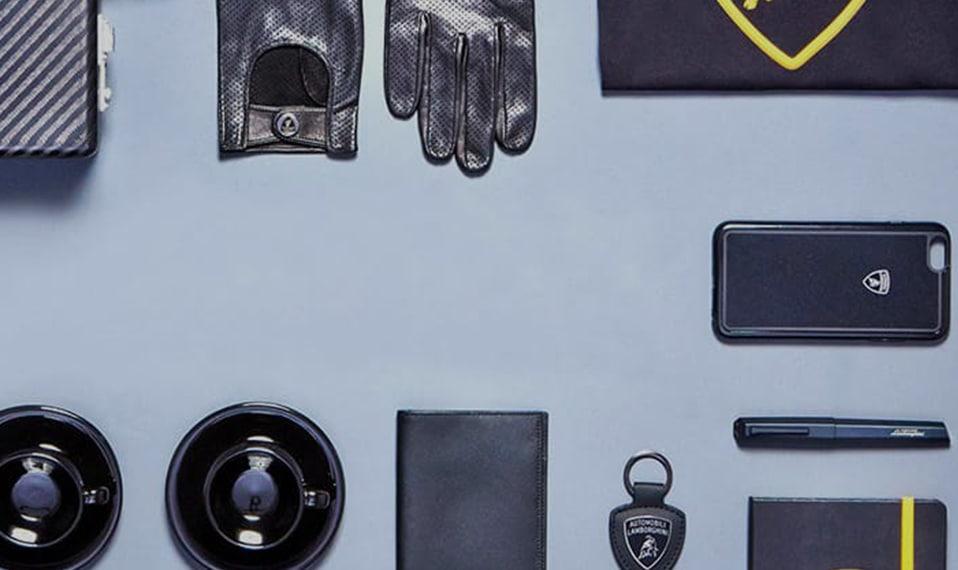 图片显示的是兰博基尼的各种配饰,其中包括皮革手套和手机壳。