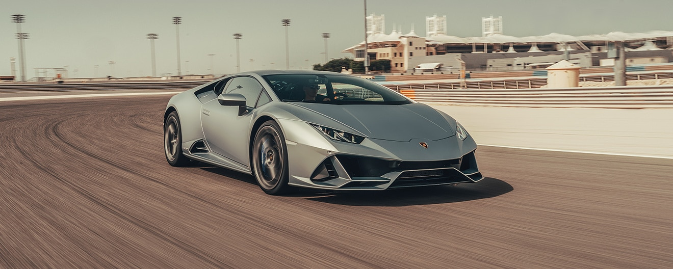 Three-quarter right side image of Huracán EVO Gray moving on the road